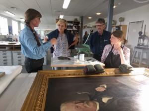 Maleri fra Museerne  i Fredericia konserveres af malerikonservator Marie Christiansen.